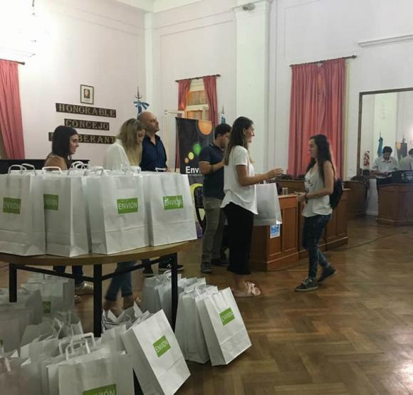 """Envión"": entrega de kits escolares"