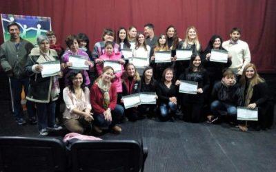 Entrega de certificados tras finalizar el curso de Lenguaje de Señas