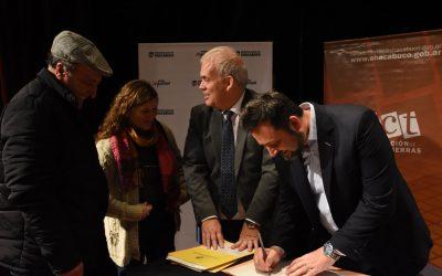 Después de más de 20 años, vecinos de los barrios UOCRA, Parque Azul y Municipal firmaron sus escrituras