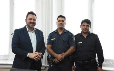 Los policías Loto y Sánchez fueron reconocidos por el Intendente Municipal