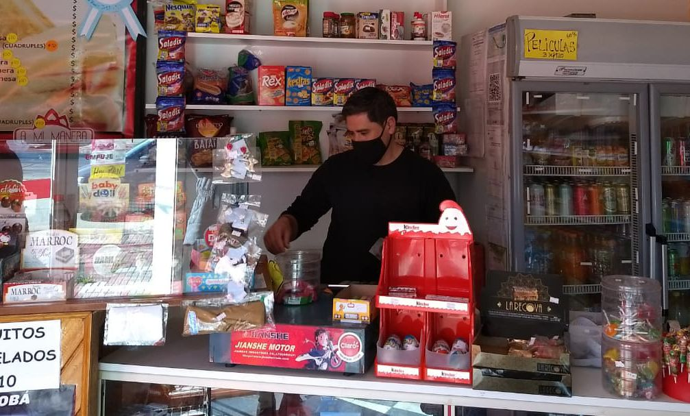 Recorren comercios de la avenida Garay