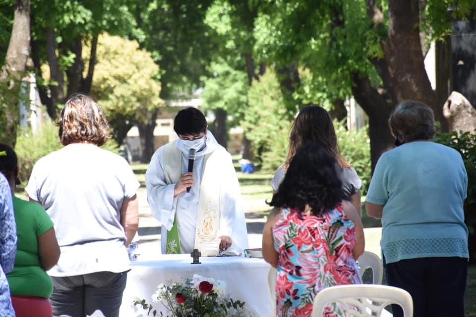 Día de los Muertos: celebraron misas en el cementerio