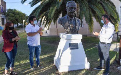 El intendente participó del acto de descubrimiento del busto de Raúl Alfonsín