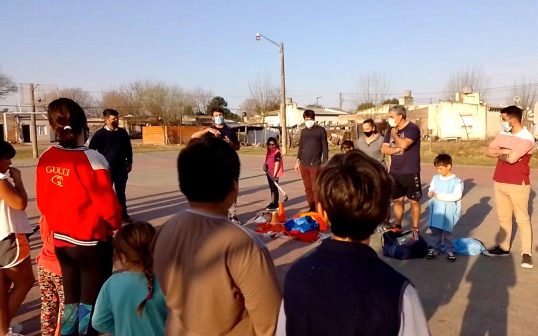 Entrega de material deportivo en el CIC Los Nogales