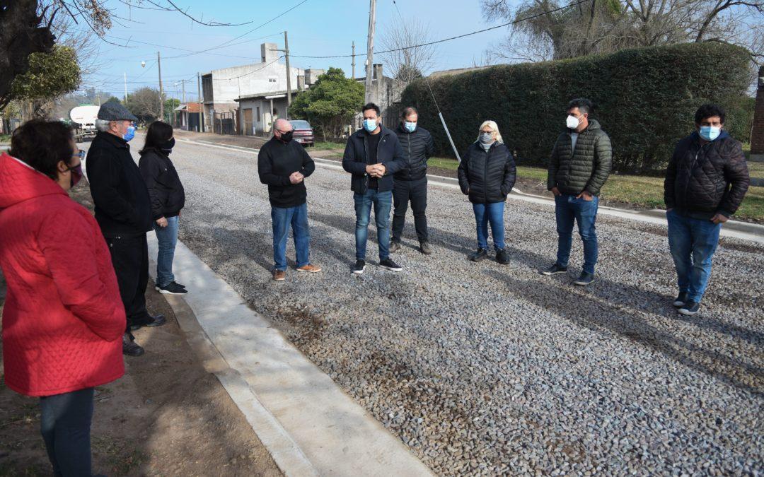 Aiola recorrió la obra de cordón cuneta en calle Andes