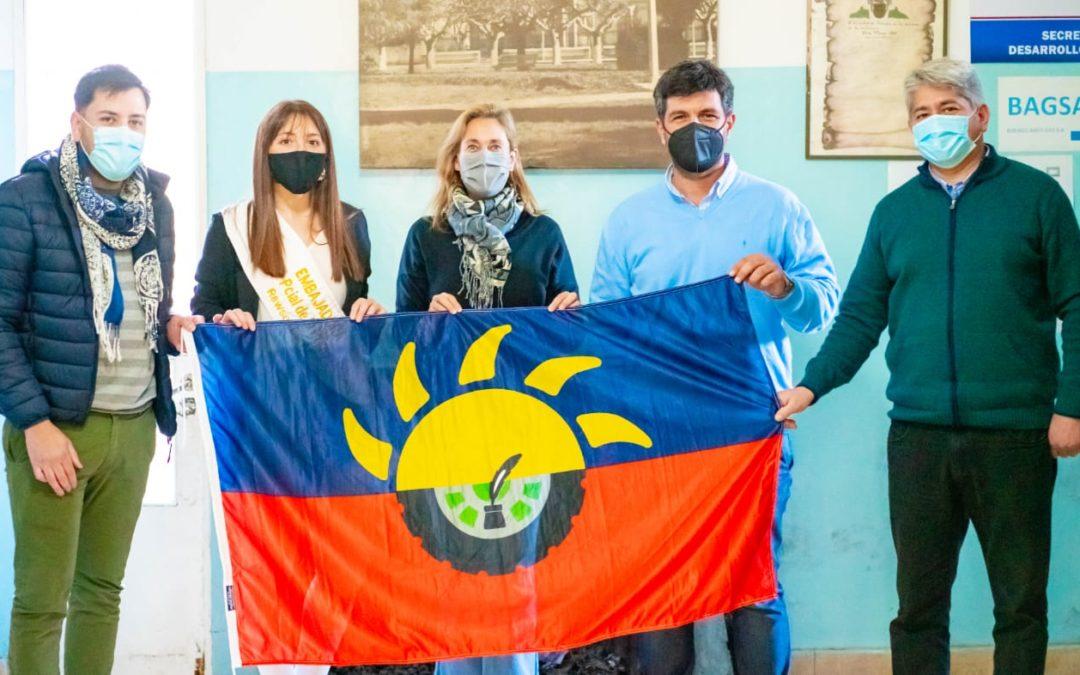 Continúa la entrega de banderas de nuestra ciudad